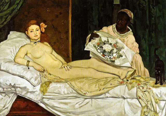 Mujer recostada con un gato negro