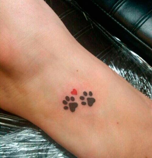 dos huellas de perro en tatuaje