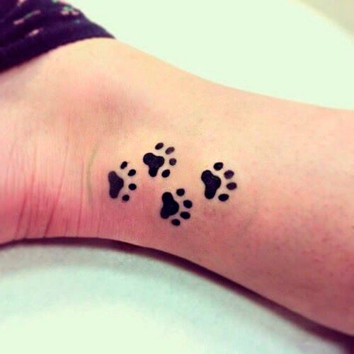 cuatro huellas de perro tatuaje